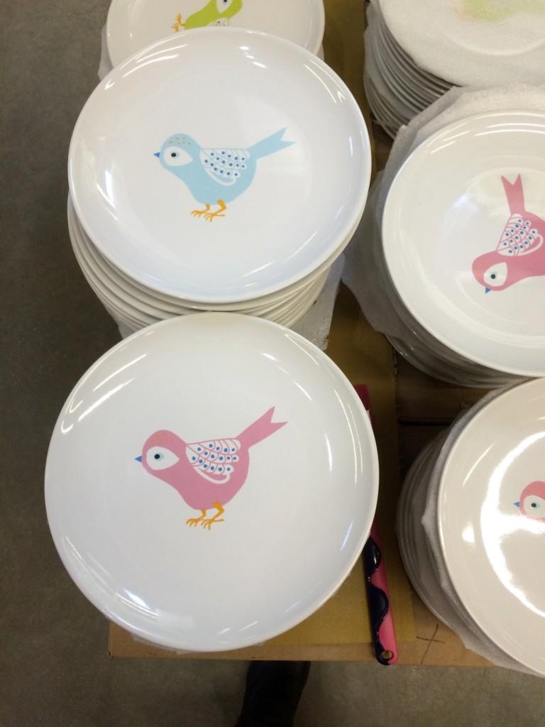 А Лёня их забраковал. Не нравится ему, когда рисунок по центру тарелки :))) А мне нравятся, возьму себе с голубой птичкой.